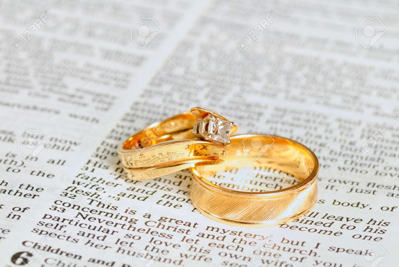 Imagenes de dos anillos de matrimonio