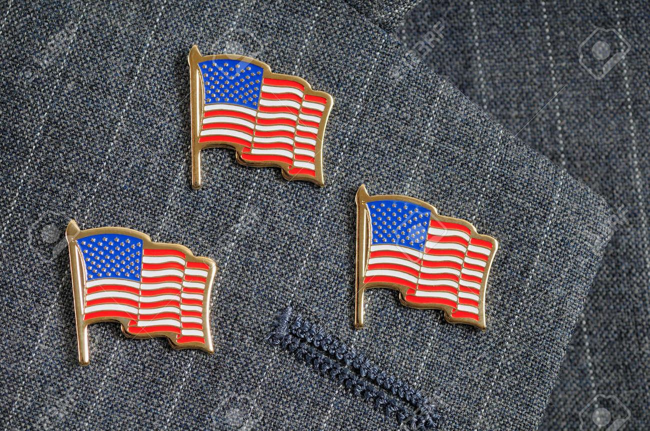 Trois drapeau américain épingle sur un revers de costume pinstripe