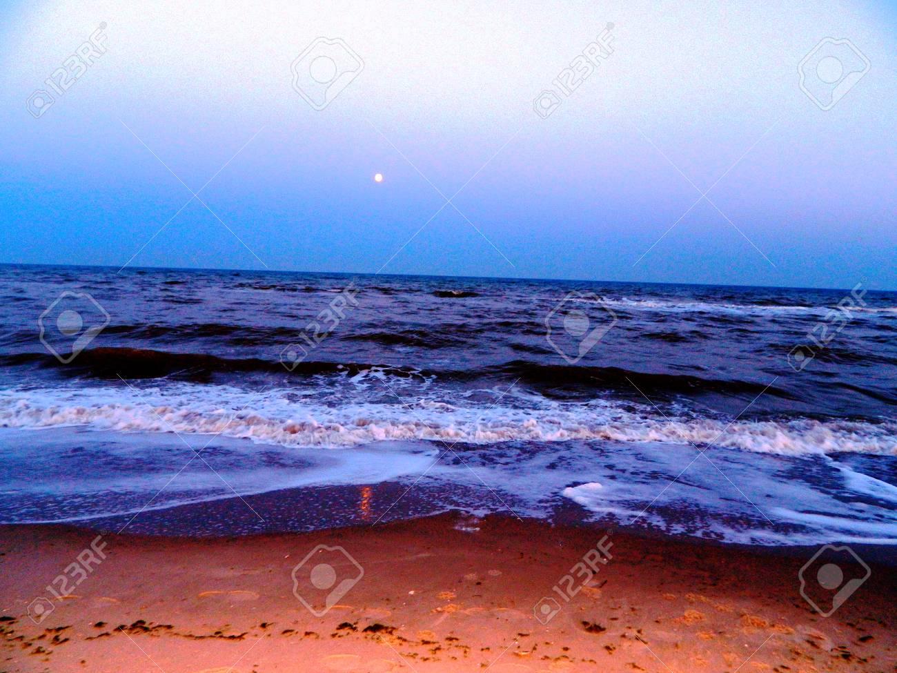 夏のウクライナの海で波し、アゾ...