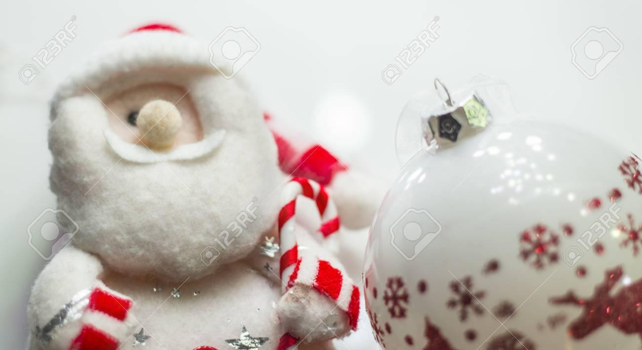 Babbo Natale Peluche.Immagini Stock Carino Peluche Babbo Natale Che Da Un Regalo Di Natale Peluche Di Babbo Natale Un Sacchetto Di Regali E L Albero Di Natale Image 51639149