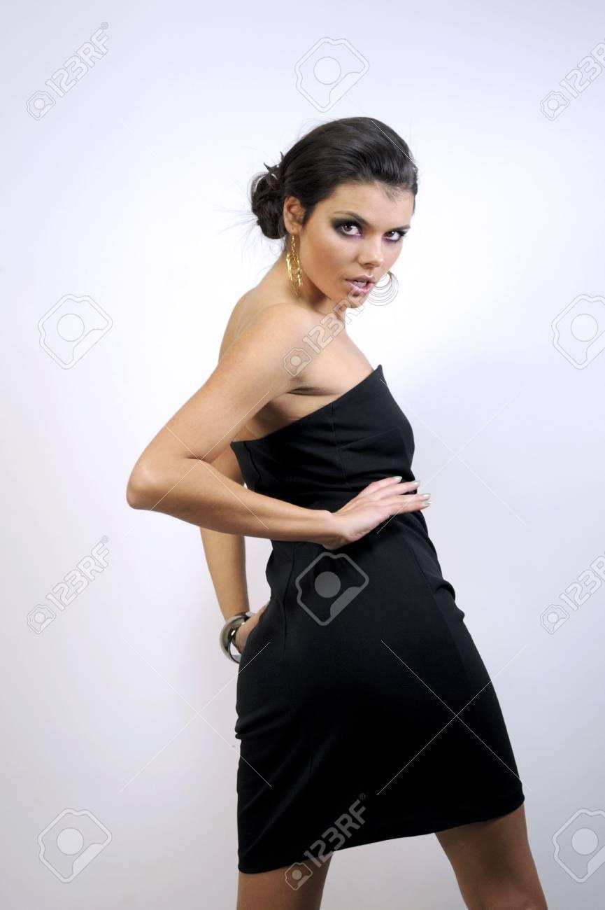 Sexy Girl En Un Vestido Negro Y Botas