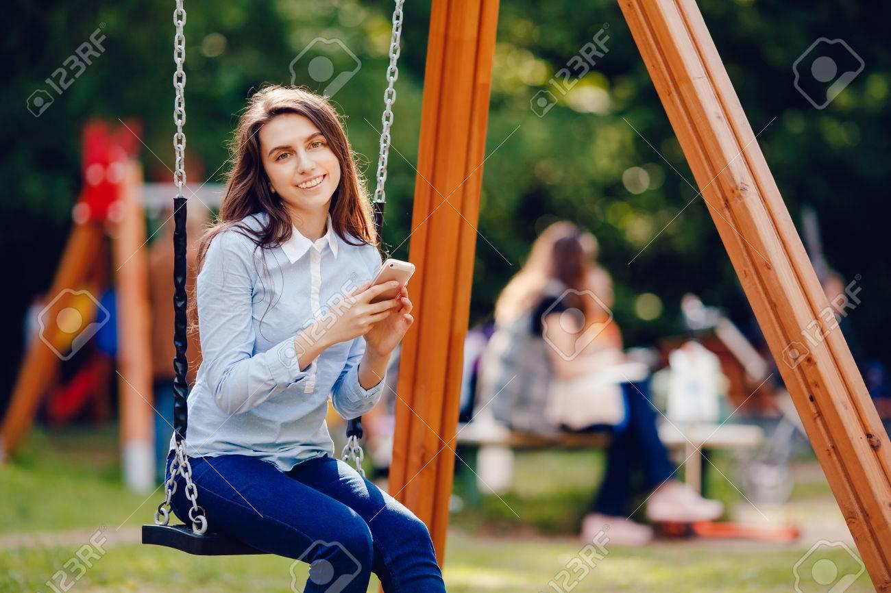 Chica Adolescente Adolescente Swinging En Un Columpio Y El Uso De ...