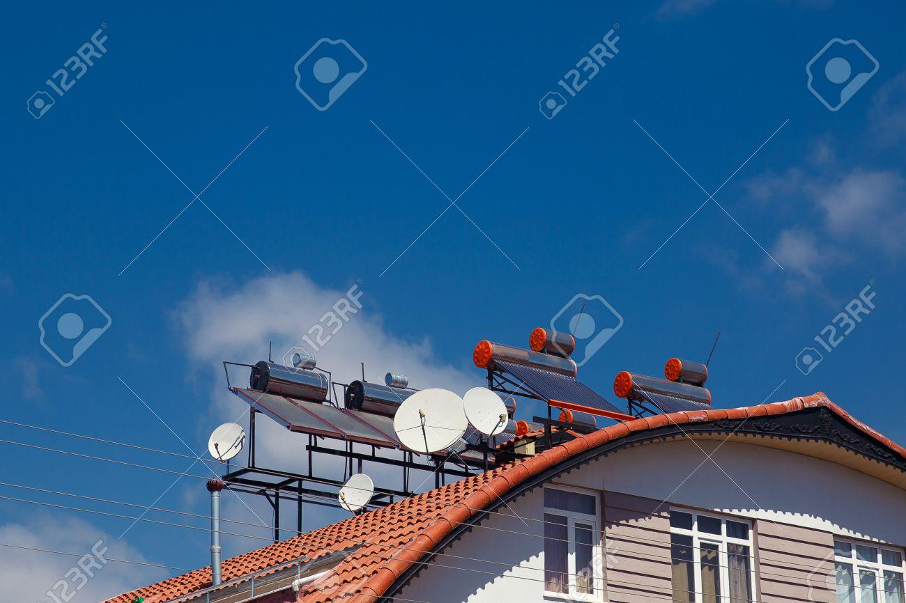 Moderne Warmwasser Panels An Einem Haus, Solar Heizung Für Grüne Energie  Standard