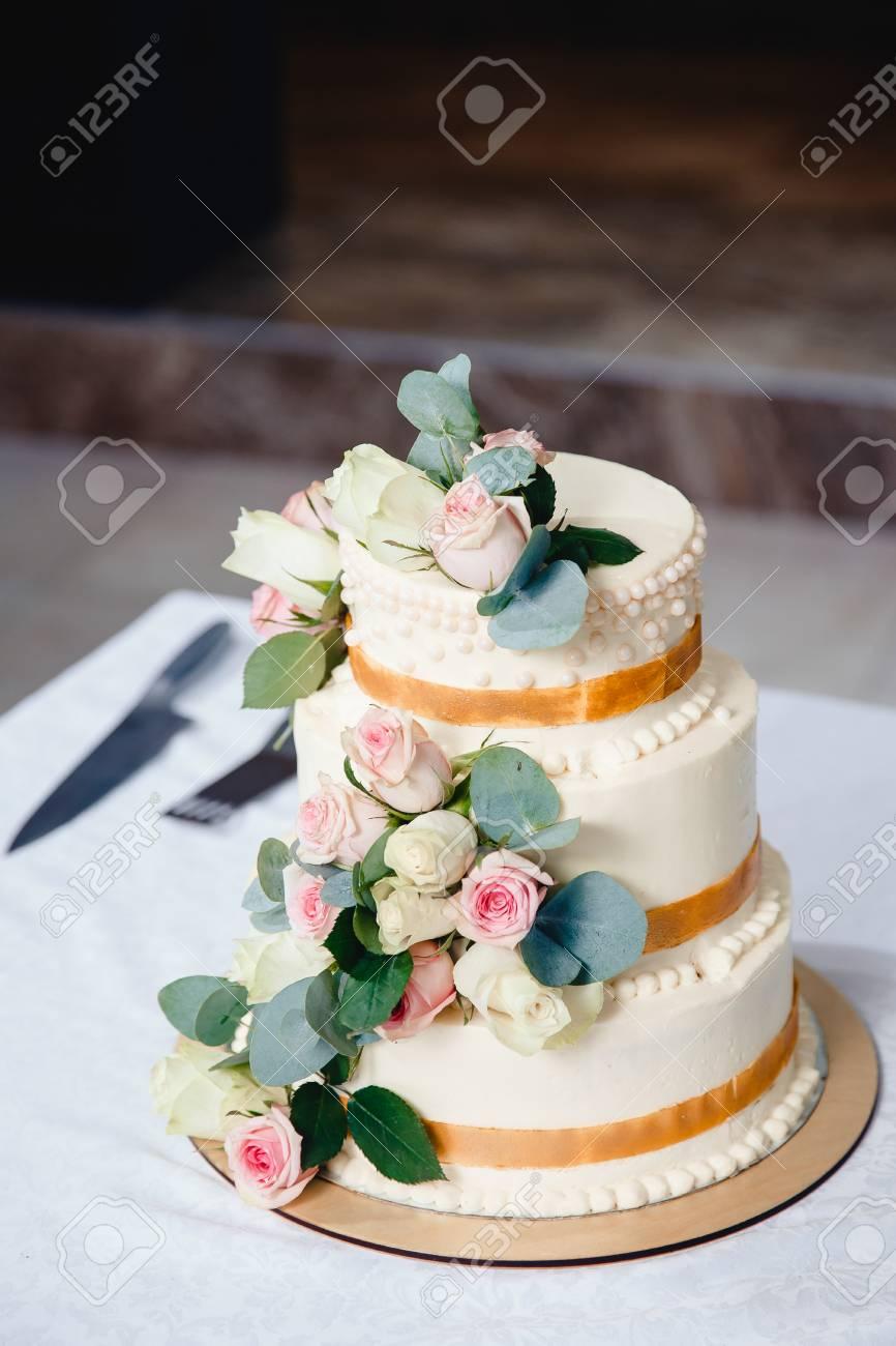 Gâteau De Mariage Avec Des Roses De Fleurs Fraîches Trois Niveaux
