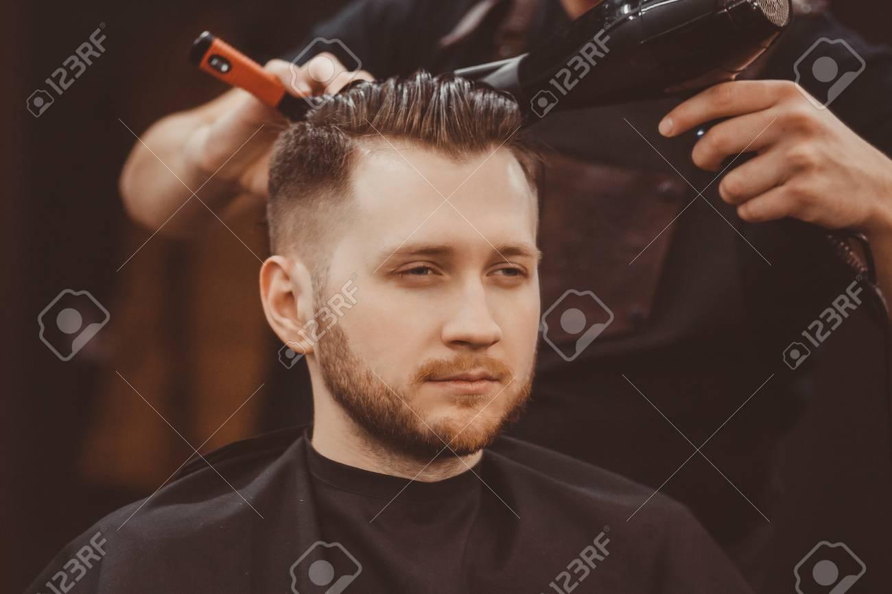 Salon de coiffure. Homme à la barbe dans le salon de coiffure. Salon de  coiffure moderne