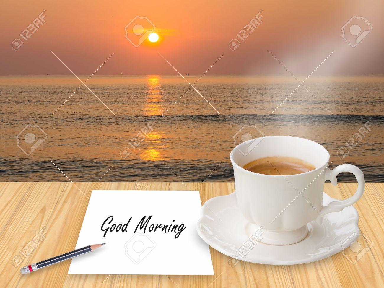 Caffè Con Buongiorno Sulla Nota Di Carta In Spiaggia