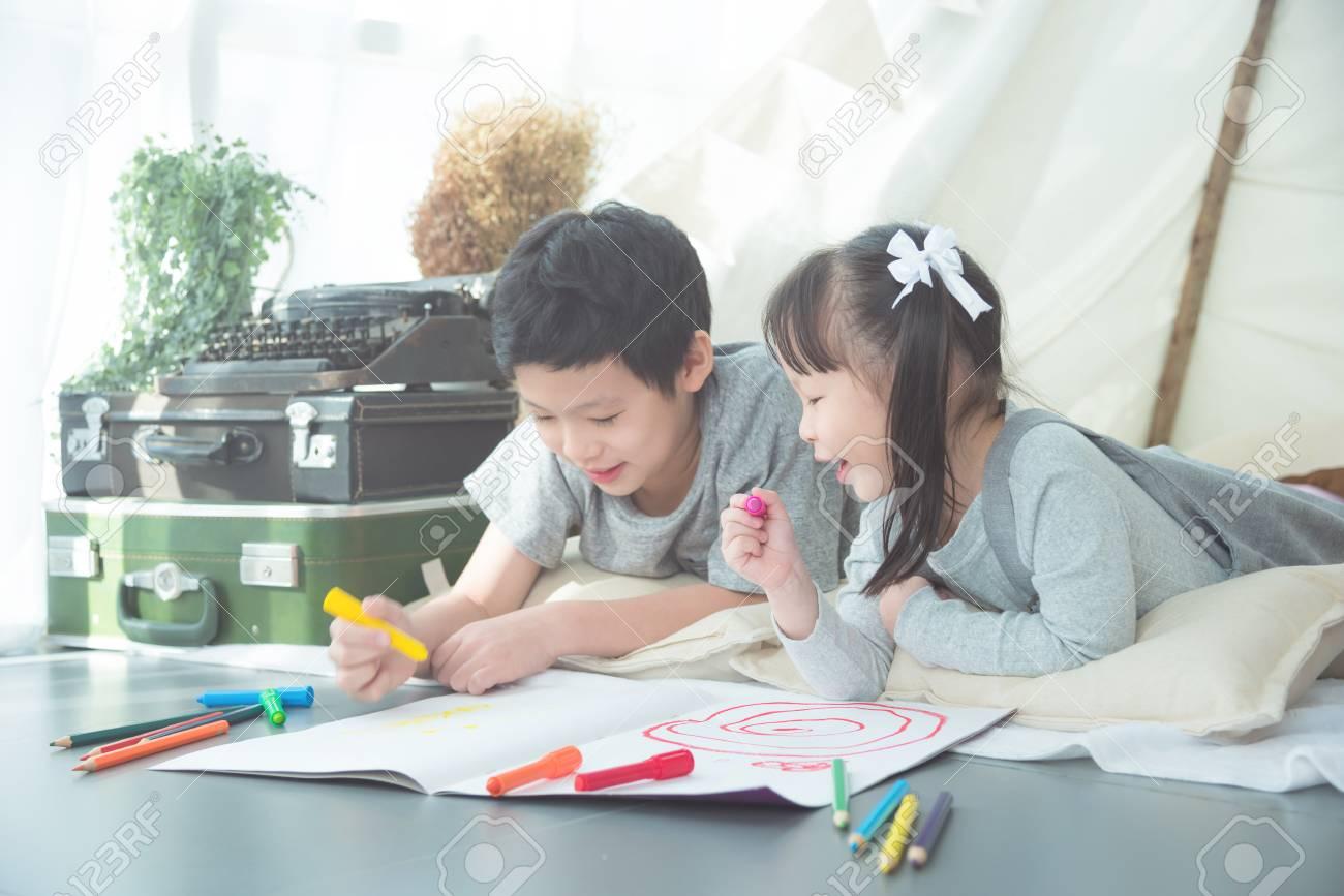 Siblings drawing on the floor - 95116961