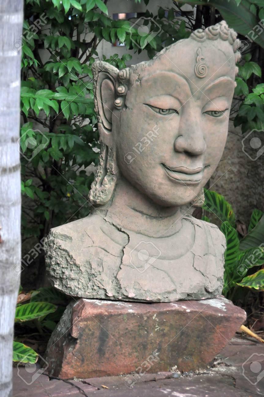 bouddha en pierre de décoration buste dans un jardin, thaïlande