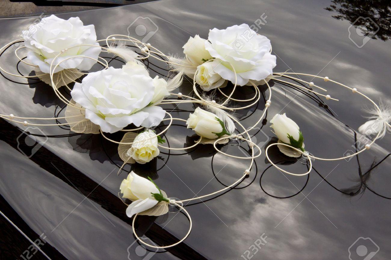 fleurs blanches sur capot noir dcoration de mariage banque dimages 15869291 - Fleurs Capot De Voiture Mariage