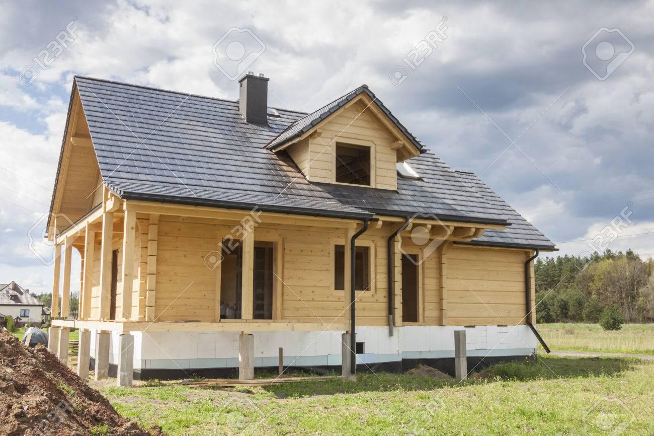 Casa De Madera Con Techo De Tejas De Color Gris - En Construcción ...
