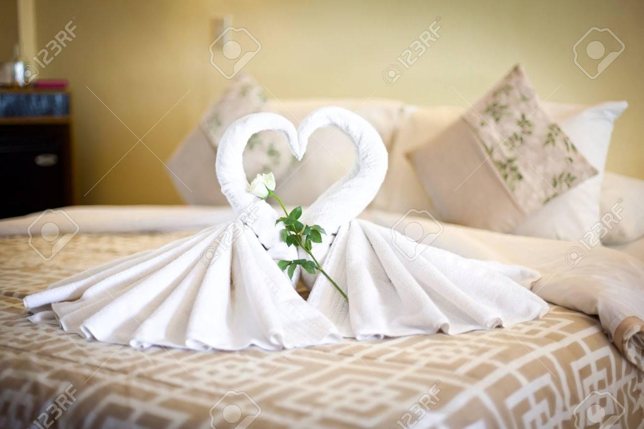 Dos Toallas Blancas De Cisnes En La Hoja De Cama Rosa Decorado Y - Decoracion-con-toallas