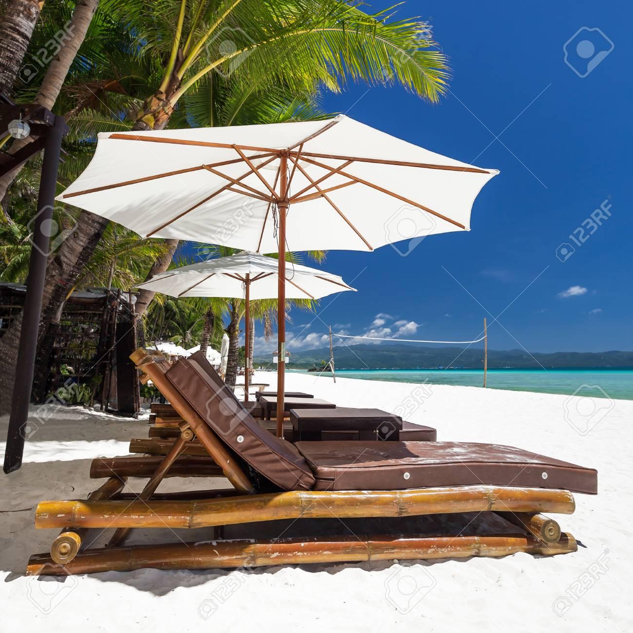 MagnifiquePhilippinesBoracay Île Une Longues Chaises Et Parasols Sur srtQhd