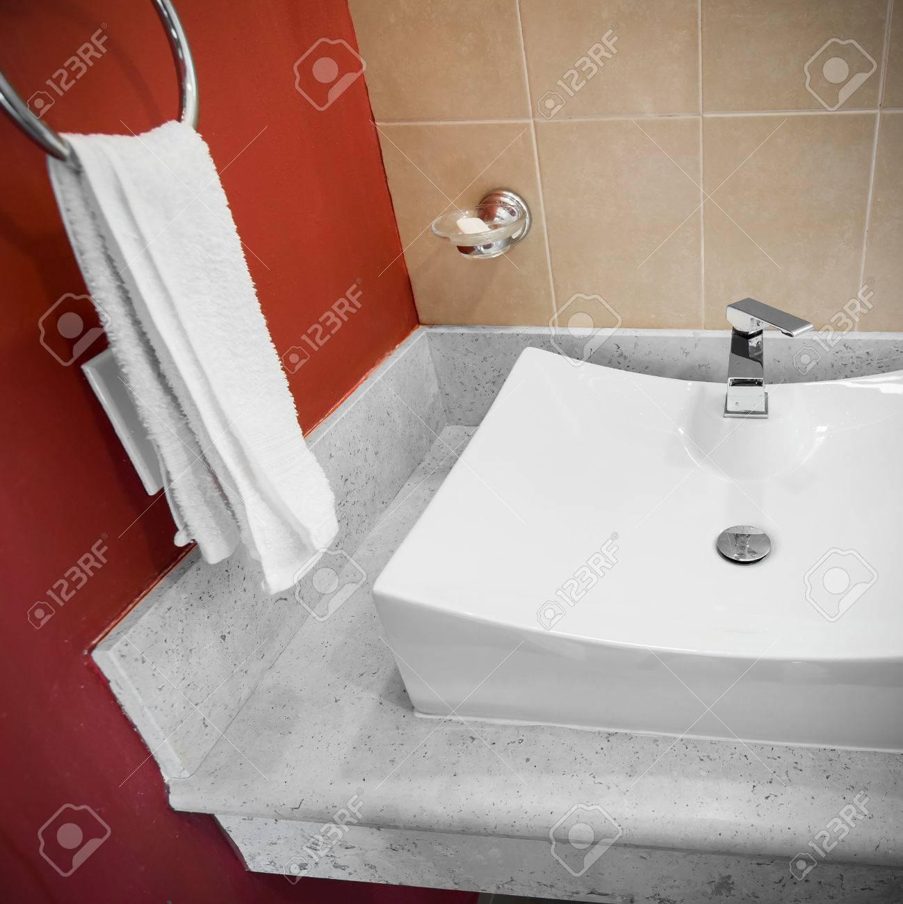 Wasserhahn Im Badezimmer, Ist Fließendes Wasser Lizenzfreie Fotos ...