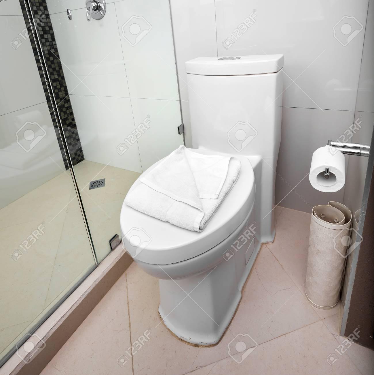 Weiß Toilette In Einem Badezimmer Gefliest Innen Lizenzfreie Fotos ...