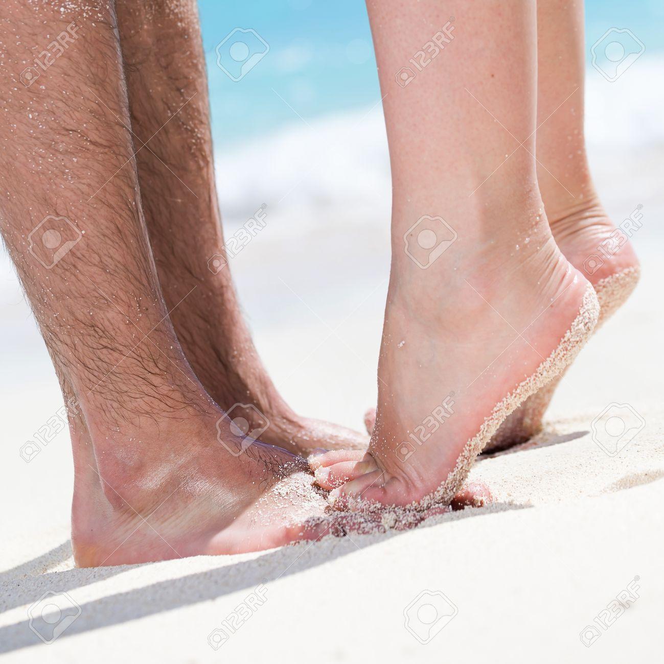 Resultado de imagem para mulher em pontas dos pés a beijar