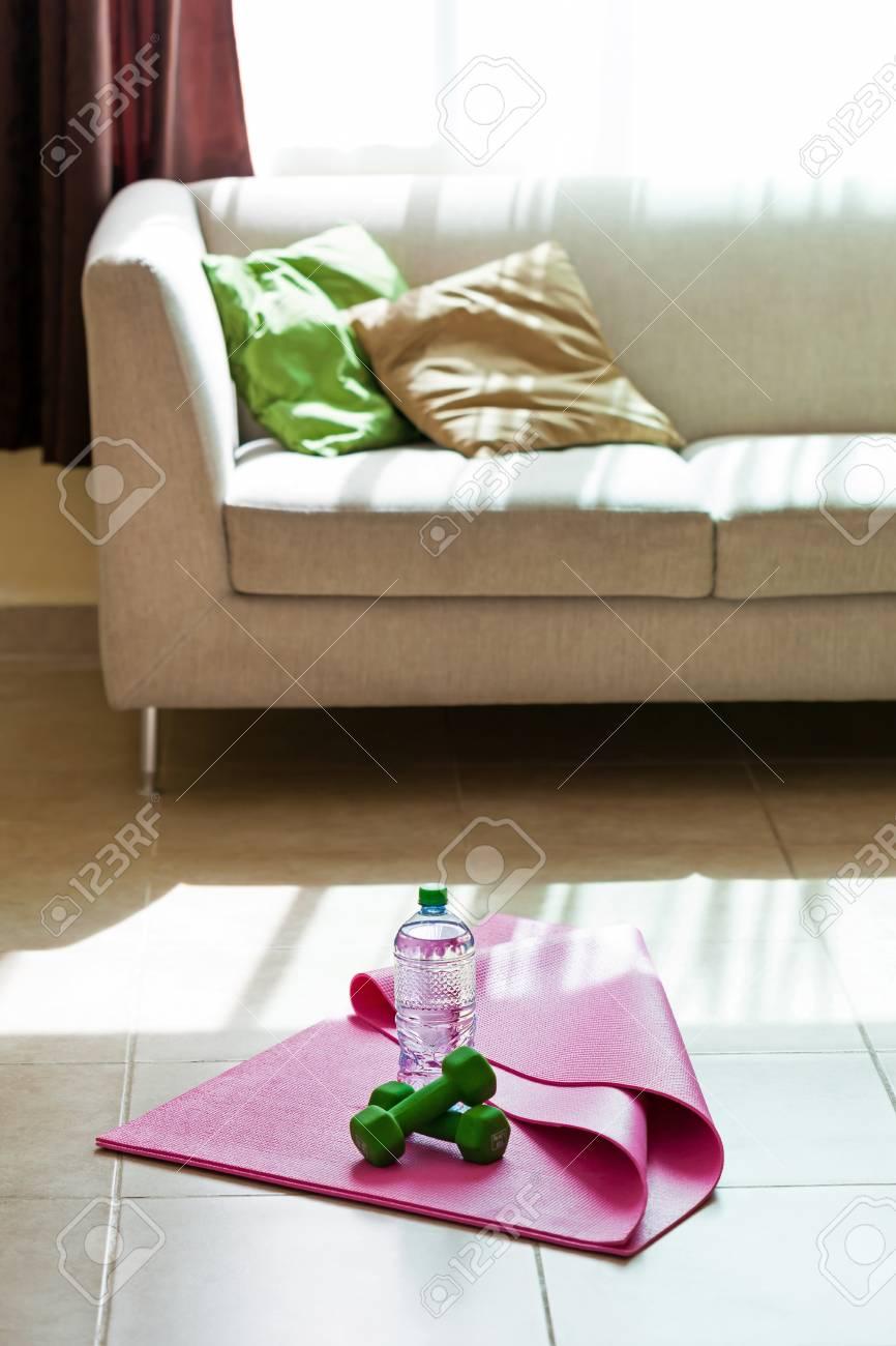 Wohnzimmer Bilder Fr Hintergrund | Zwei Hanteln Mit Mineralwasser Auf Yoga Matte Mit Wohnzimmer
