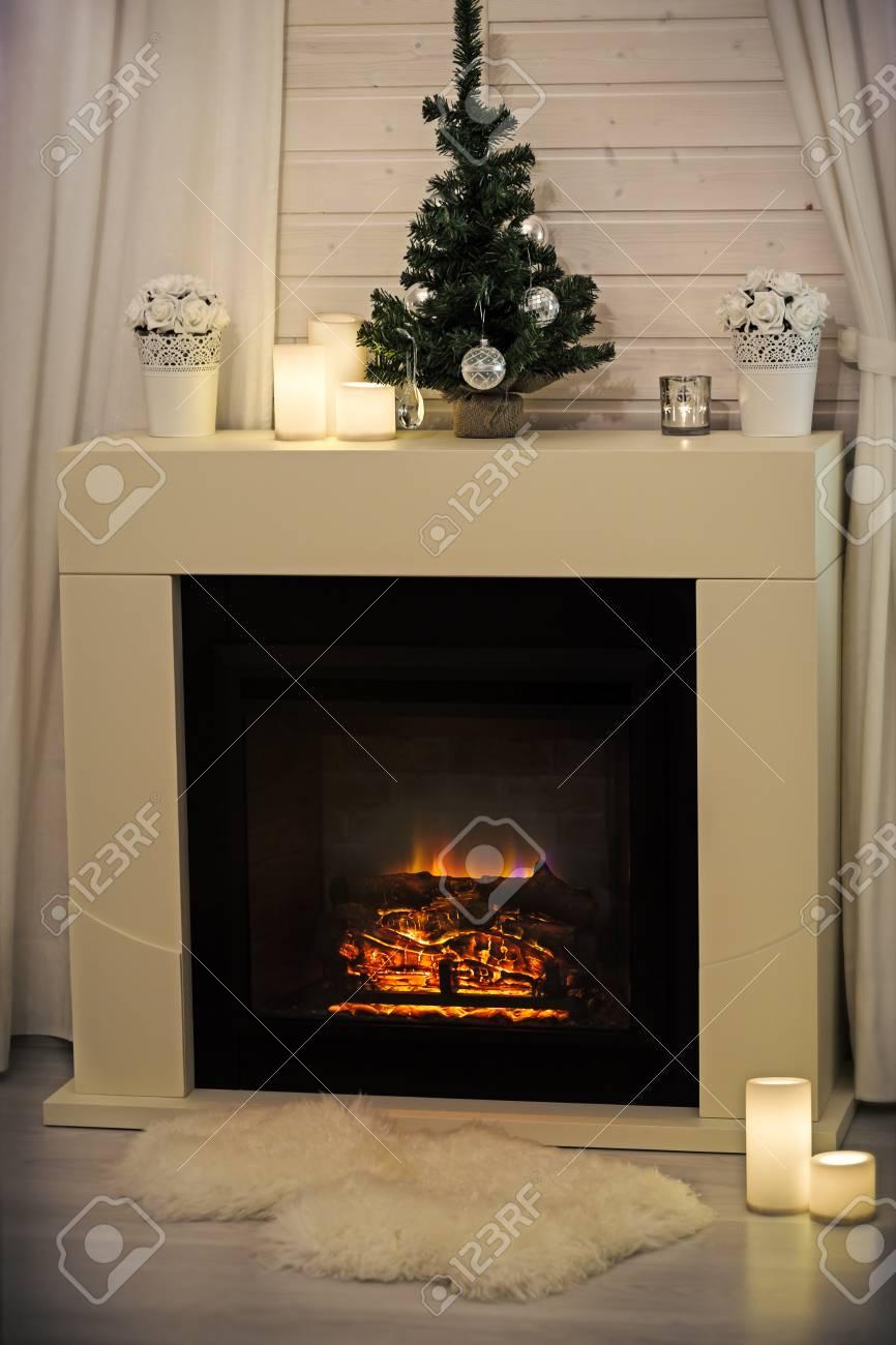 Brennender Kamin In Gemütlichen Wohnzimmer Dekoriert Für Weihnachten ...
