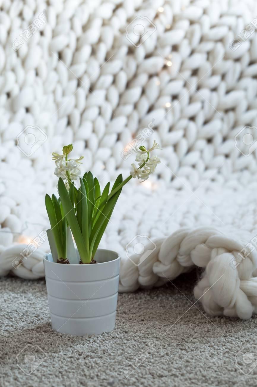 Gemütliches Weißes Skandinavisches Schlafzimmer Interieur. Schöne  Merinowolle Plaid Dekoriert Bett Und Boden, Super Chunky