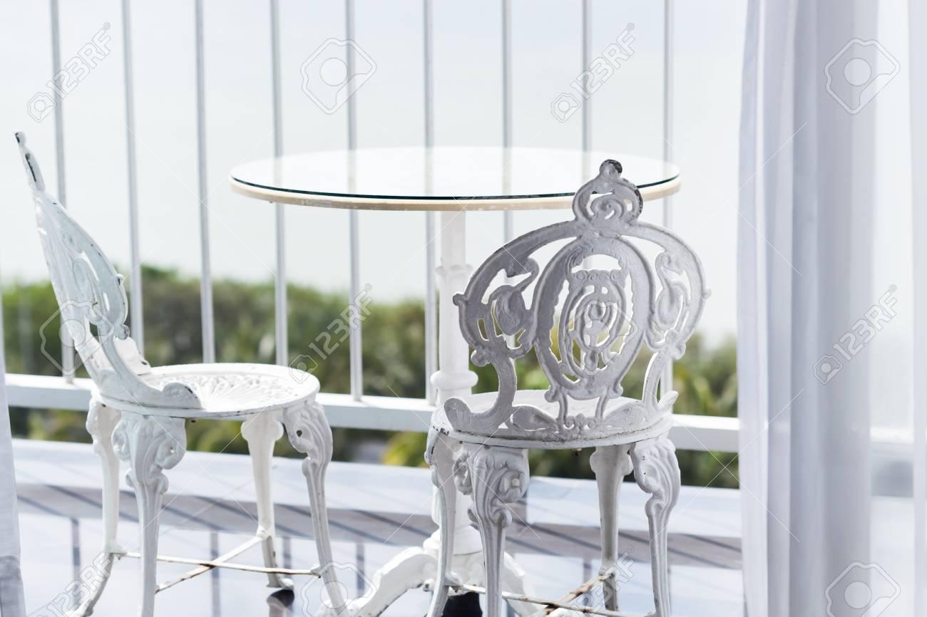 Blanco Muebles De Jardinería De Hierro Forjado Vintage Un Conjunto De Mesa Redonda Vacía Y Dos Sillas Elegantes En El Balcón Foco Selectivo En Los
