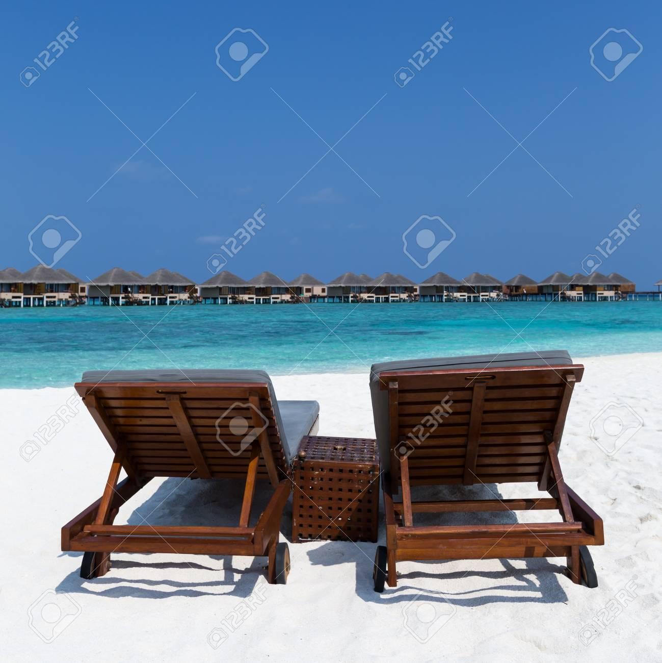 Lettini In Legno Sulla Spiaggia Incontaminata Delle Maldive. Svuoti ...