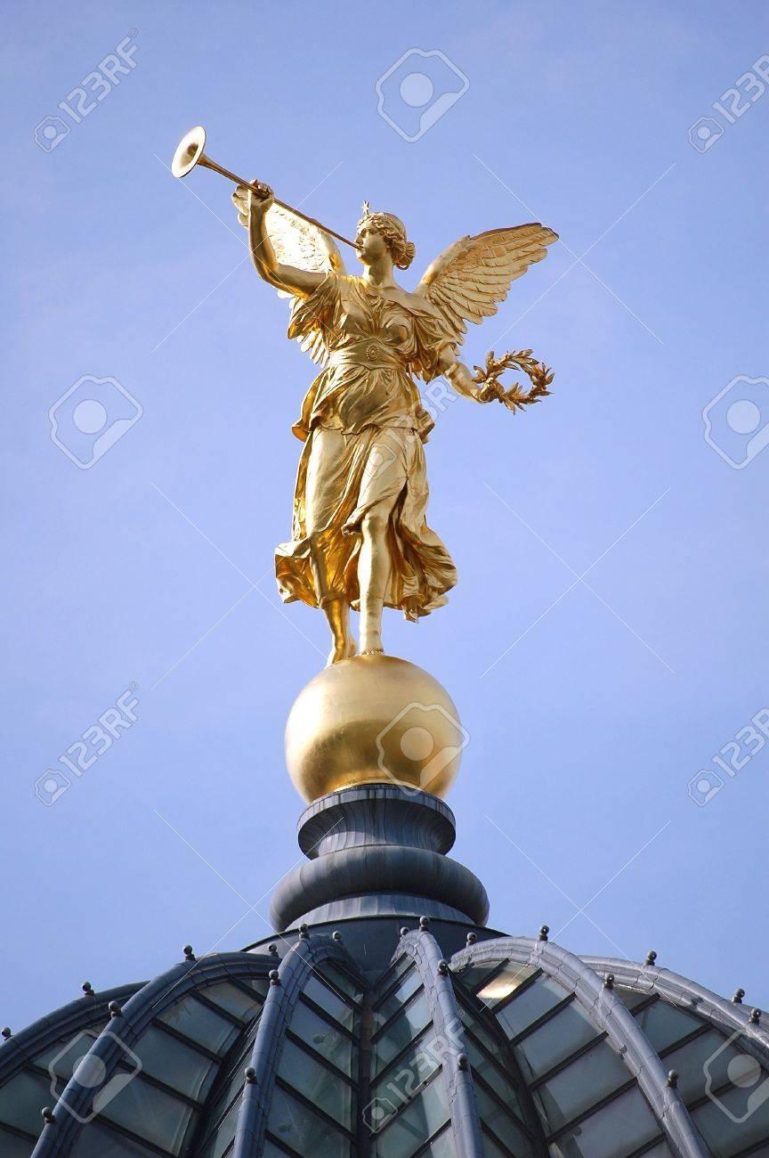 Golden Angel Standard-Bild - 5489048