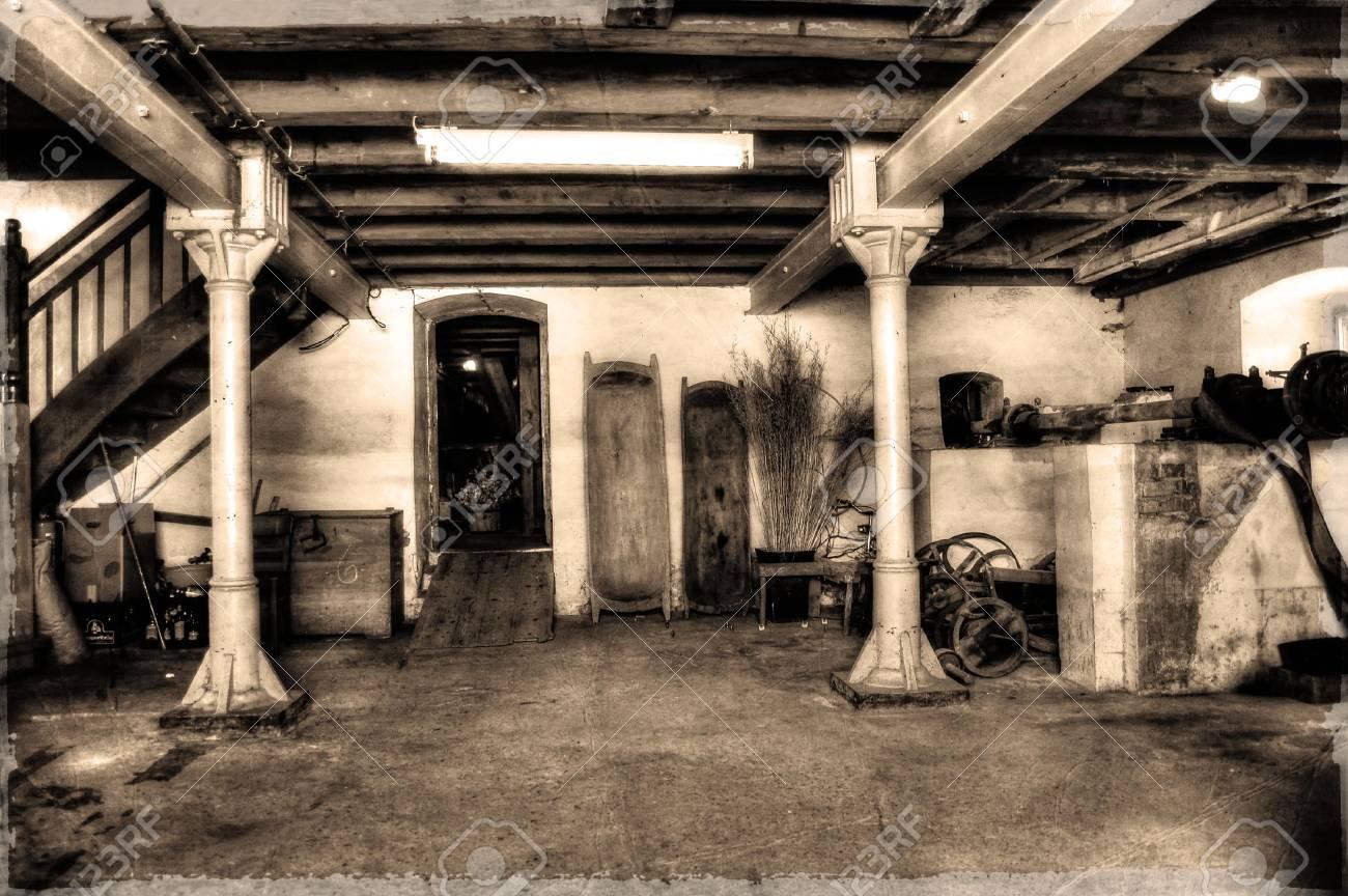 Old Senfmhle interior Standard-Bild - 37647315