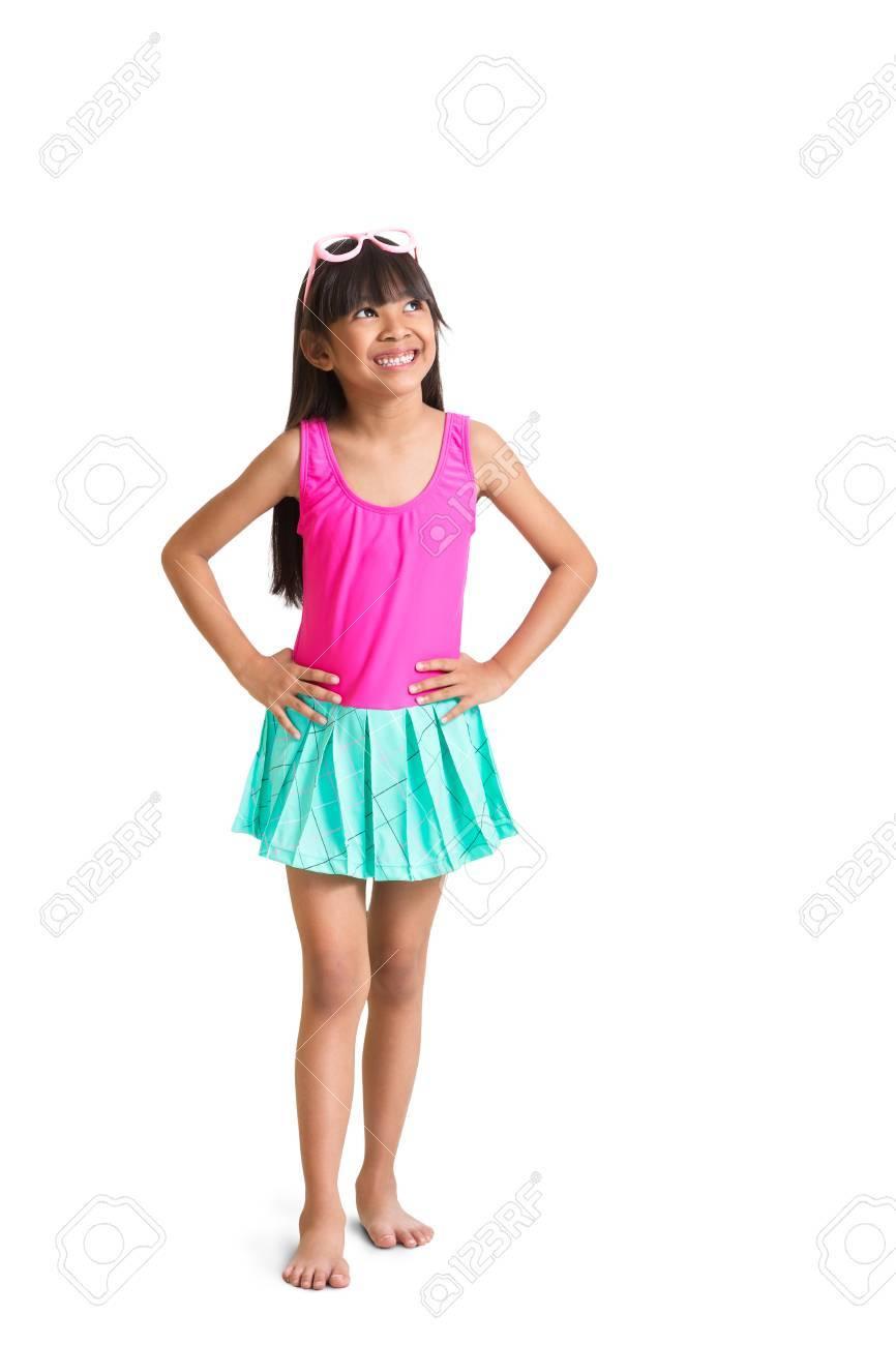 ef86d7fe69d Foto de archivo - Niña asiática vistiendo traje de baño buscar espacio  vacío
