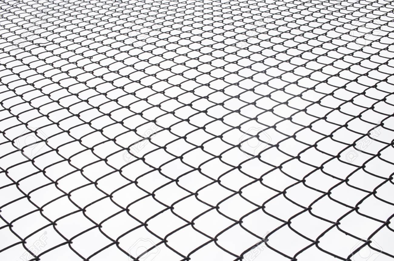 metall-draht-zaun-schutz auf weiß für den hintergrund. lizenzfreie