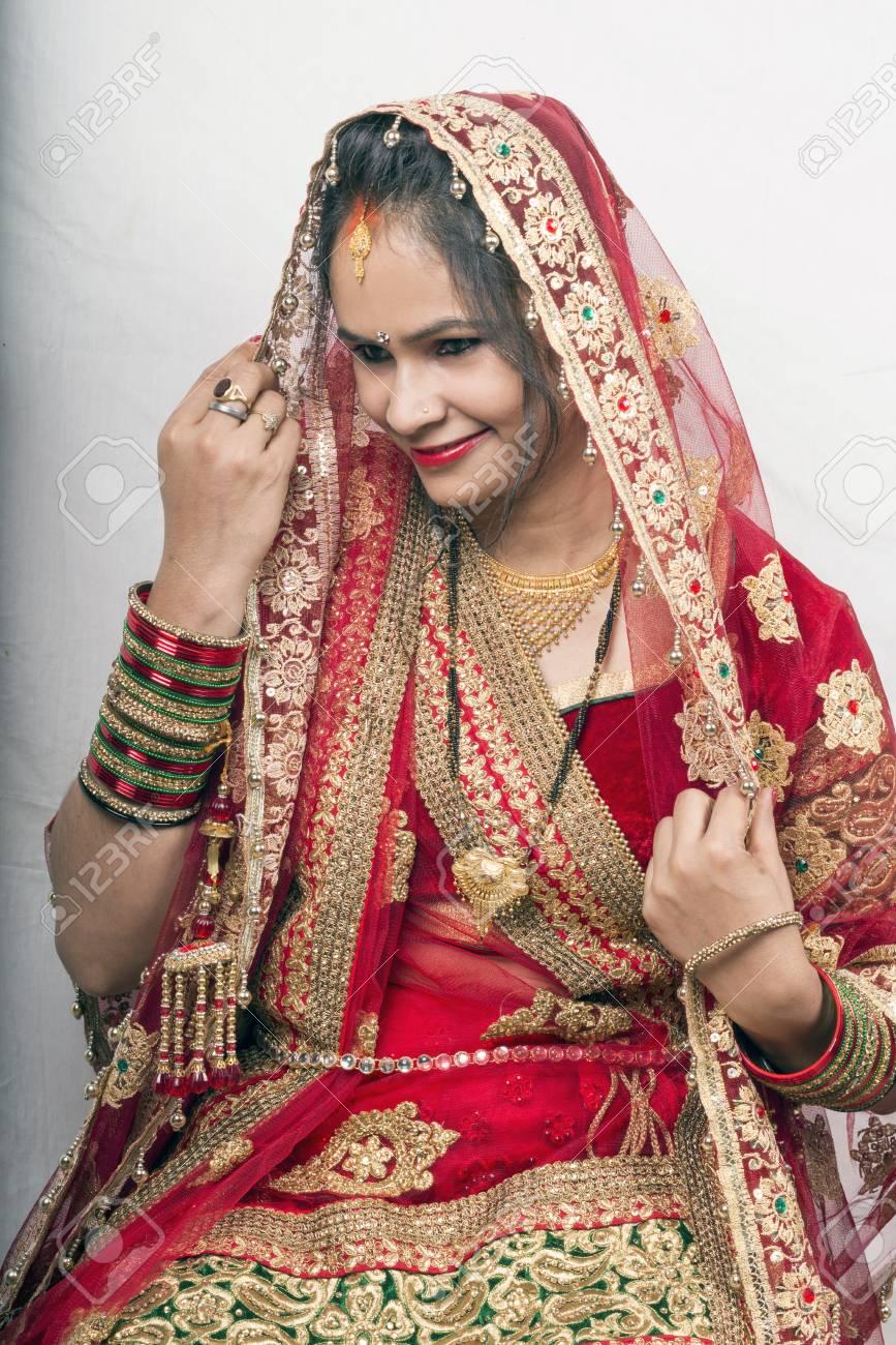 Indische Schöne Braut In Lehenga Blick Nach Unten Lächelnd ...