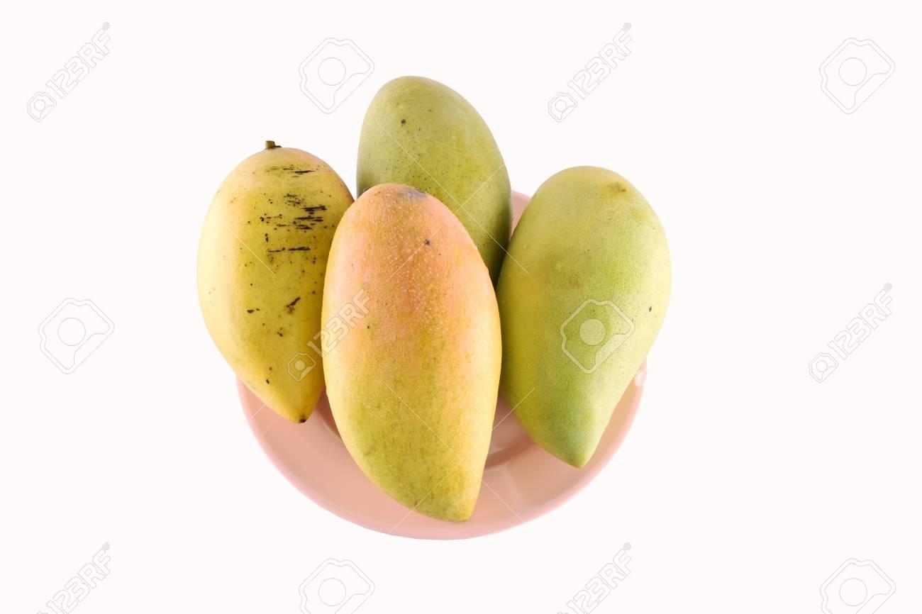 Frische Gelbe Mango-Frucht In Der Schale Getrennt Auf Weißem ...