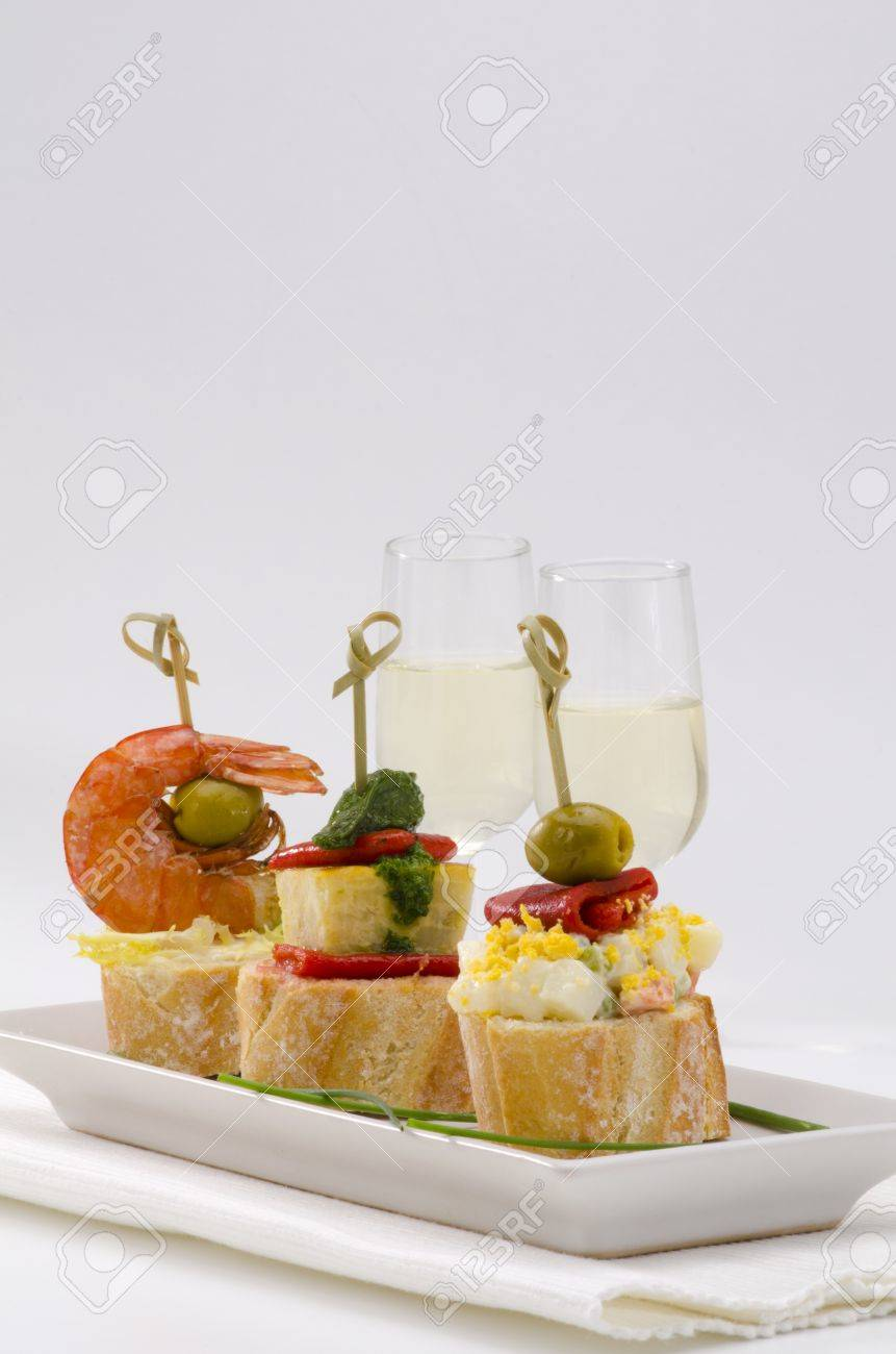 Spanische Küche. Montaditos. Geschnitten Brot Garniert Mit Einer ...