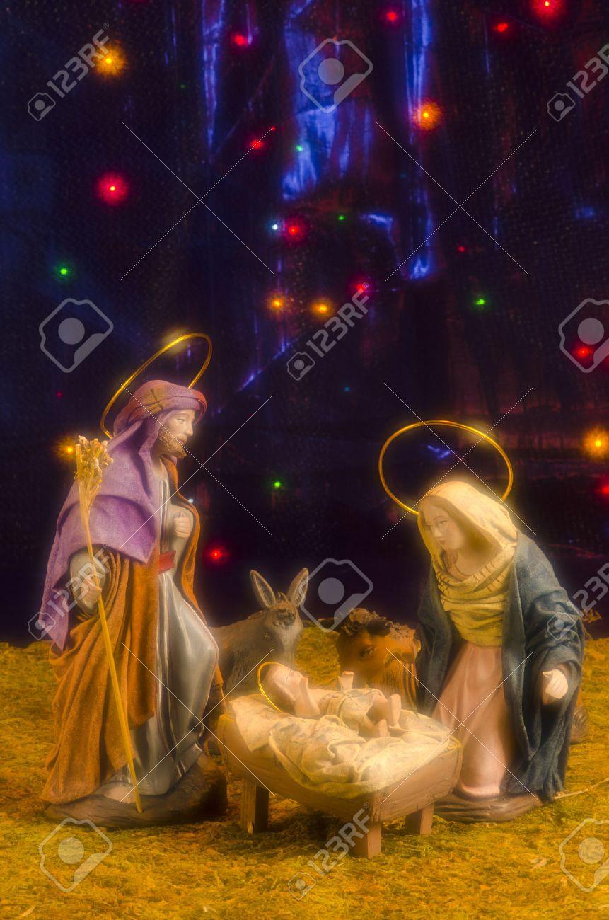 Fotos De Navidad Del Nino Jesus.Pesebre De Navidad Las Figuras Del Nino Jesus La Virgen Maria Y San Jose Azul Estrellado De Fondo Enfoque Suave