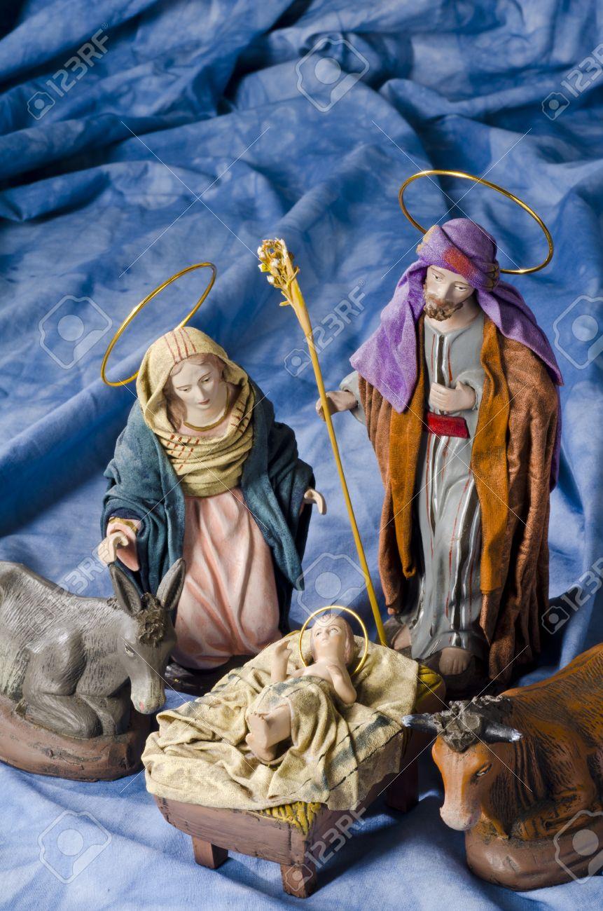 Pesebre De Navidad Las Figuras Del Nino Jesus La Virgen Maria Y San Jose Enfoque Selectivo Fondo Azul Fotos Retratos Imagenes Y Fotografia De Archivo Libres De Derecho Image 47484087