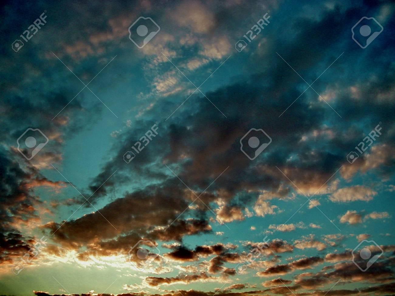 Cielo anaranjado y azul de la puesta del sol, foto abstracta Foto de archivo - 2245415