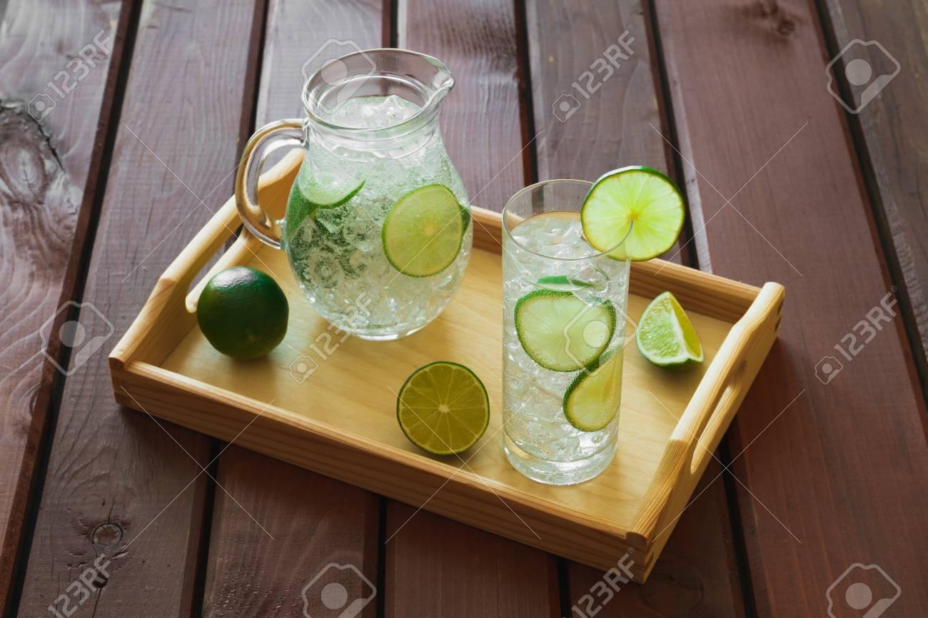 Vassoi In Legno Con Vetro : Bere acqua con calce su vassoio in legno con ghiaccio e la