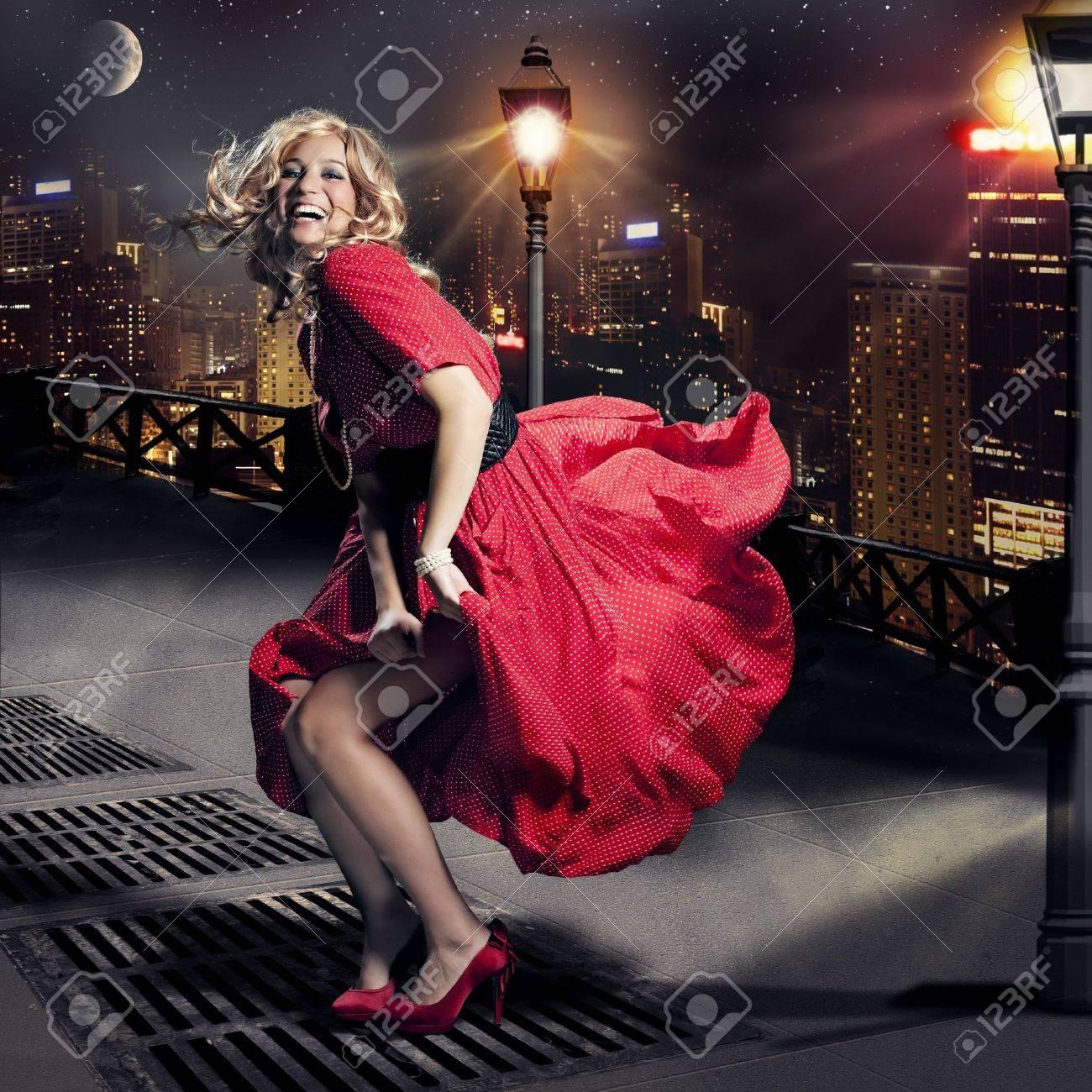 У девушек ветром платье поднимается 18 фотография