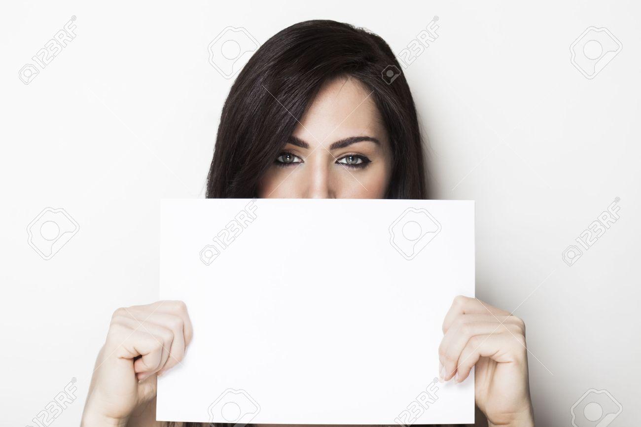 фото с листом бумаги в руках