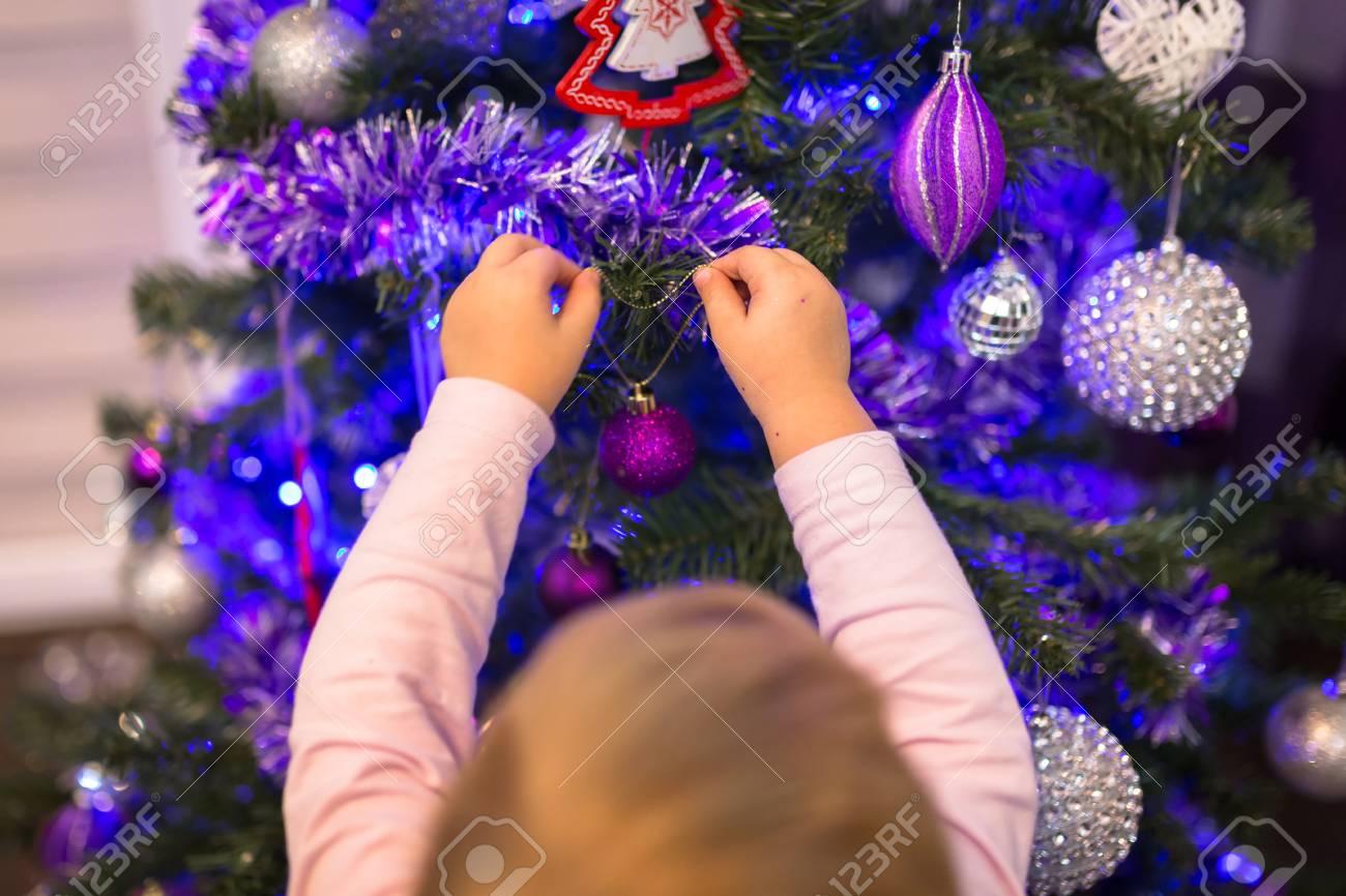 Kleines Mädchen Schmücken Weihnachtsbaum Im Wohnzimmer Lizenzfreie ...