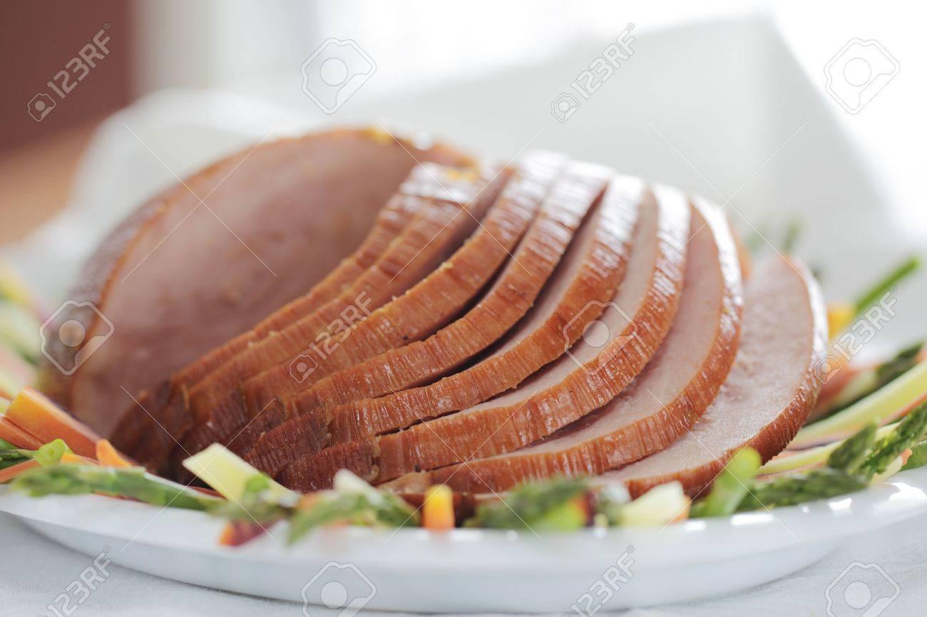 En Tranches De Jambon Au Four Sur Une Plaque Avec Des Légumes Viande De Porc Faible Profondeur De Champ