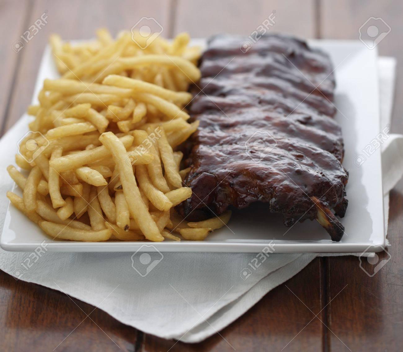 Côtes Au Four Avec Frites Français Sur Le Côté Farines De Viande Faible Profondeur De Champ