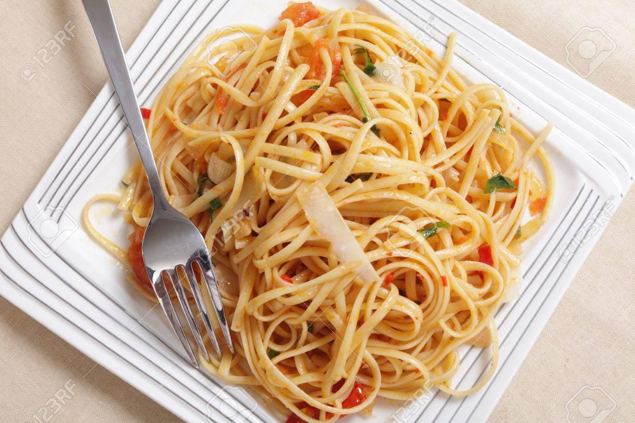 Pates Linguine Dans Une Sauce D Huile D Olive La Tomate L Ail Et