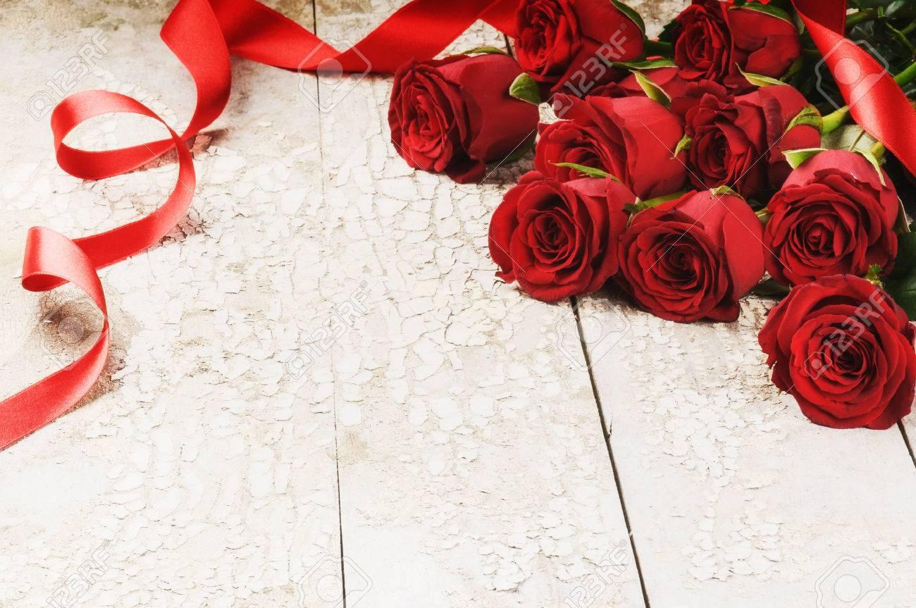 Blumenstrauß Aus Roten Rosen Auf Grunge Hintergrund. St. Valentinstag Konzept  Lizenzfreie Bilder