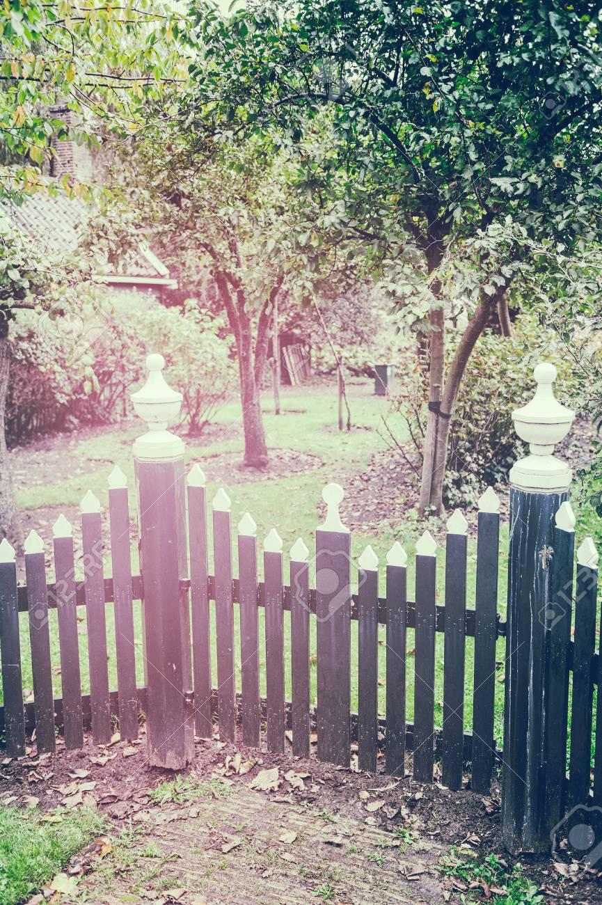 Valla De Madera Para Jardin Del Patio Trasero Con Arboles De Manzana