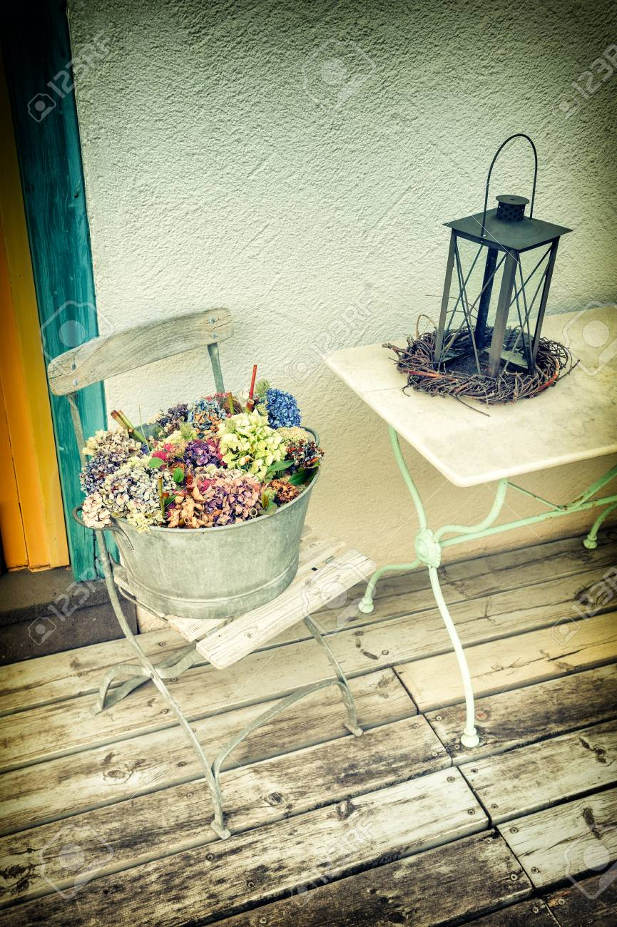 Decoración Del Patio Trasero Con Linterna Vintage Y Flores Concepto De Hogar Dulce