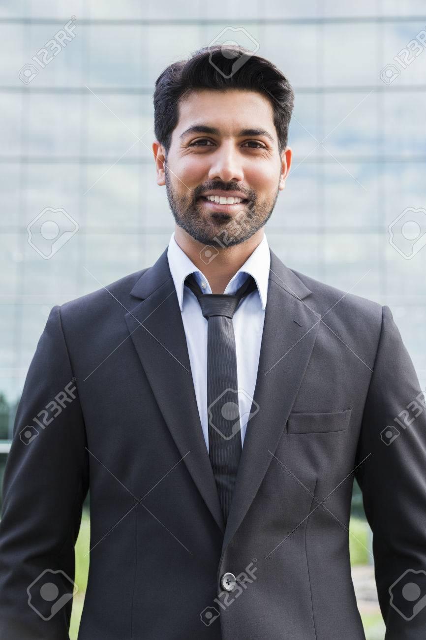 Arabe Sérieux Souriant Heureux Homme Daffaires Prospère Ou Travailleur En Costume Noir Avec Cravate Et Chemise Avec Barbe Debout Devant Un Immeuble