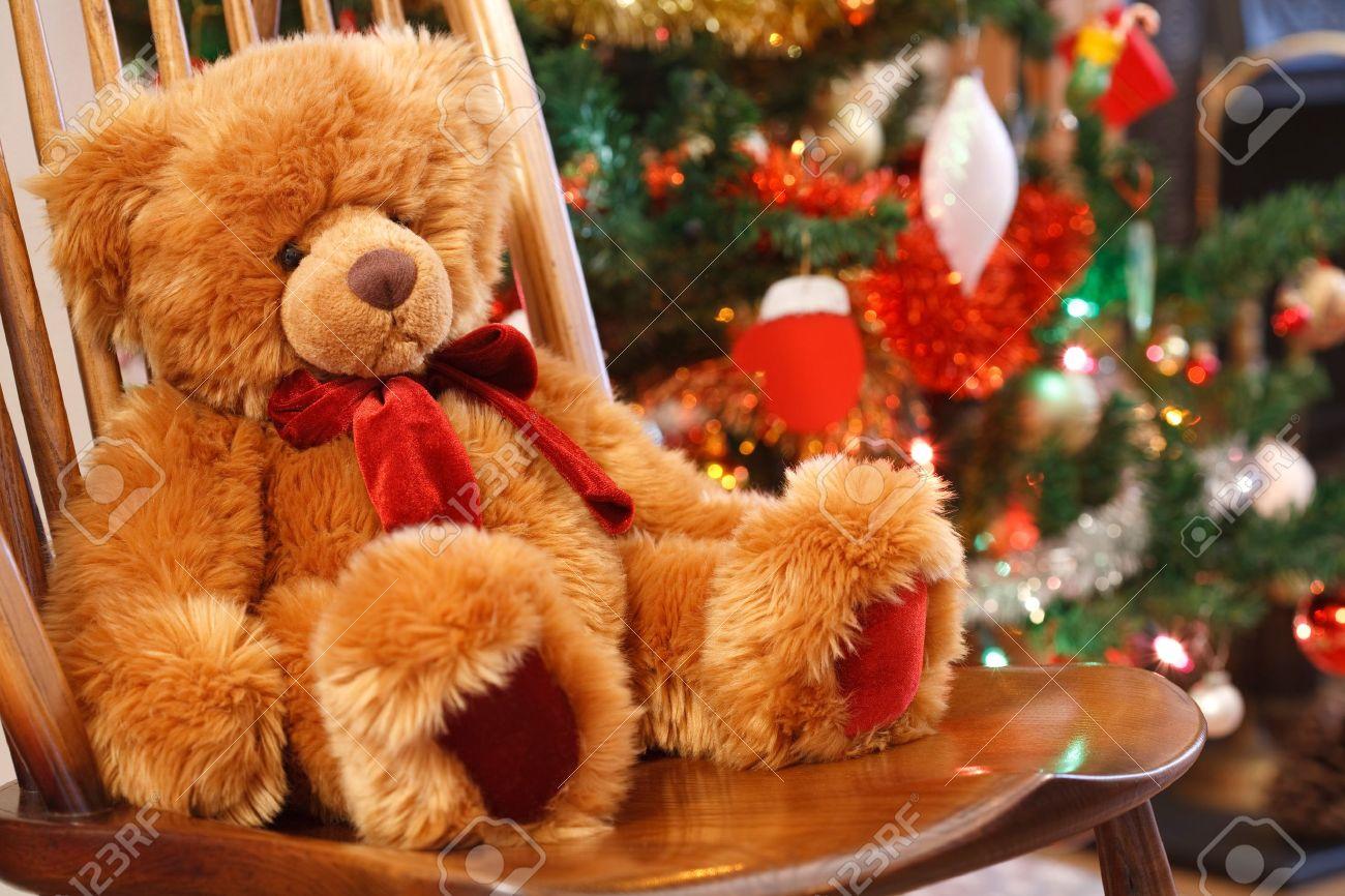 Traditionelle Weihnachten-Szene Mit Einem Teddybär Auf Einem Stuhl ...