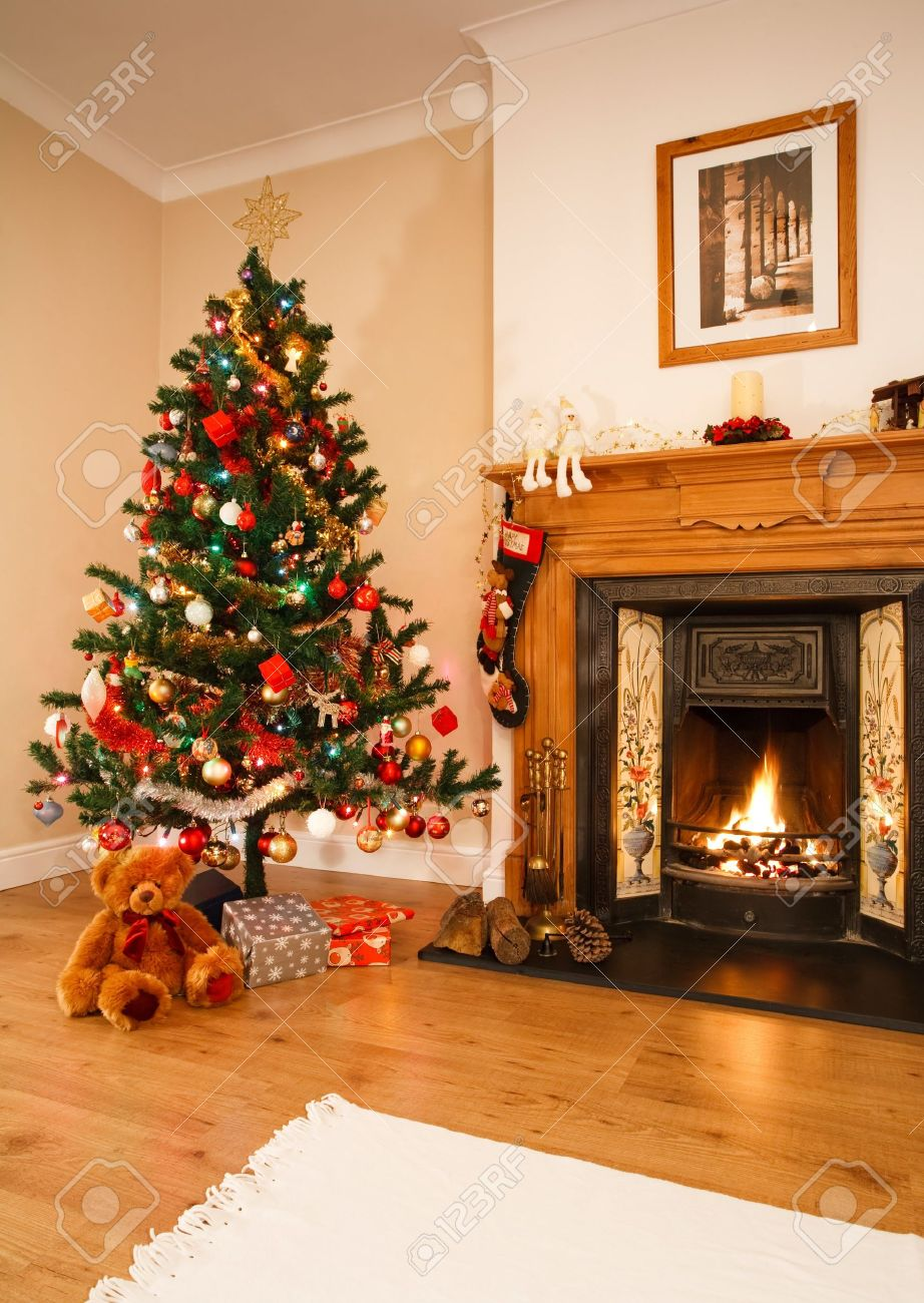 Immagini Natalizie Con Camino.Soggiorno Con Decorazioni Di Natale Un Camino E Un Albero Di Natale Nota Immagine In Alto Camino E Opera Propria Fotografi