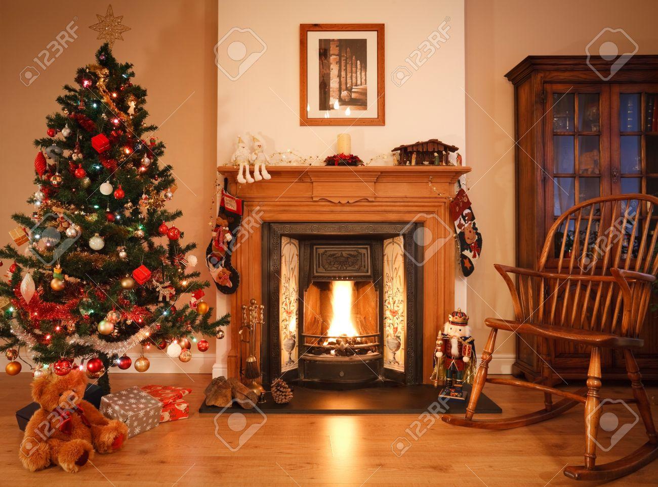 salon traditionnel avec une cheminée confortable, ornée de