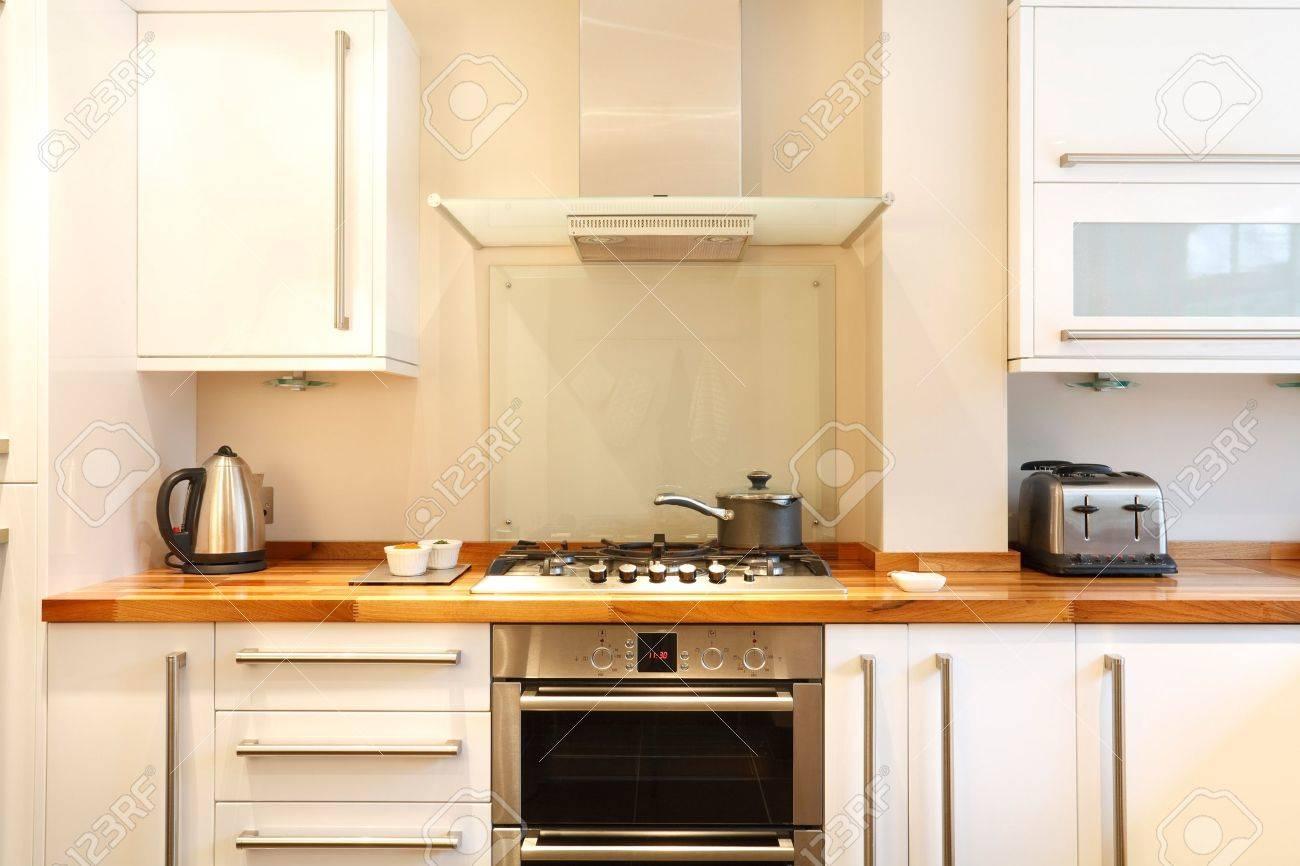 Moderne Küche Mit Einem Gasherd, Rauchfang, Holzplatten Und ...