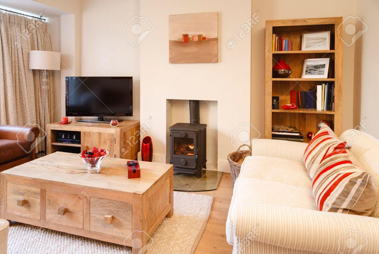 Hedendaagse woonkamer met neutrale kleuren, houtkachel en houten ...